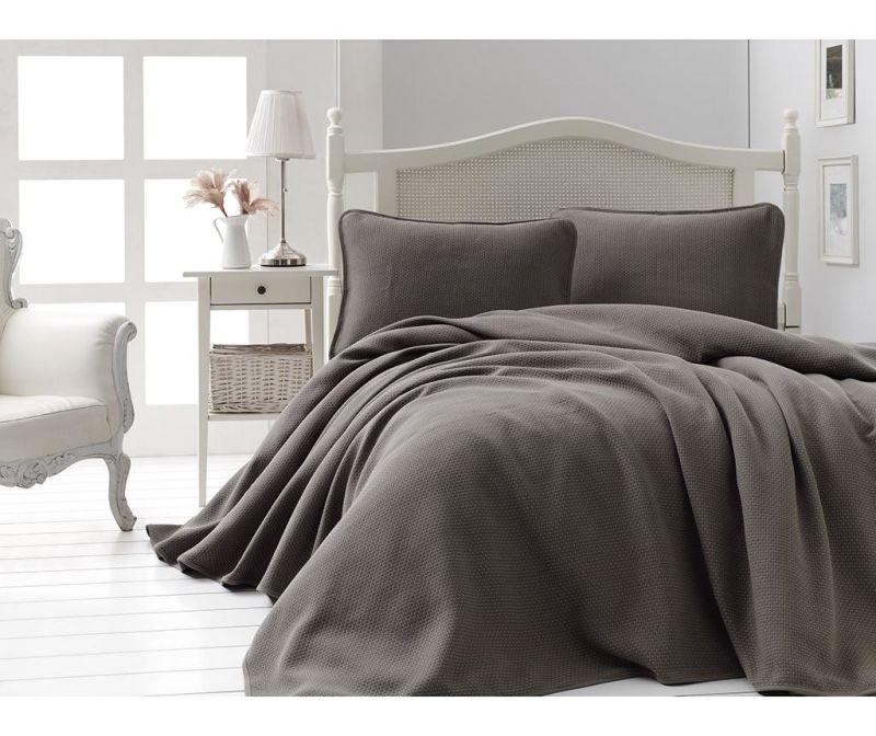 Set s prešitim posteljnim pregrinjalom Pique Liv Brown